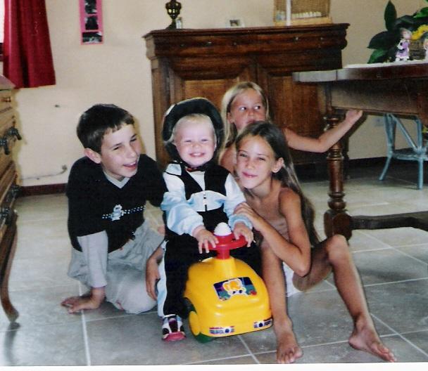 Lucas avec son frère et ses soeurs dans un moment de bonheur