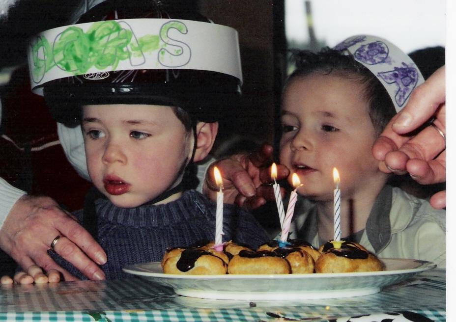 Lucas fête son anniversaire à l école, il porte un casque en cas de crises